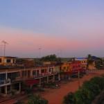 Farbenprächtiger Blick aus dem Ta Eng Guesthouse / Kampot
