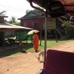 Buddhistischer Mönch erbittet Nahrungsspenden