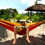 "Tobi in der ""Ticket to the Moon Double Hammock"" am Mawun Beach"