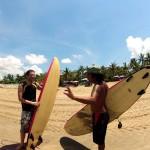 Tobi & Alit bei der ersten Surfstunde am Legian Beach