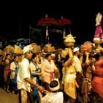 Wenn man Abends durch Ubud spaziert kann einem schon mal eine Prozession entgegenkommen